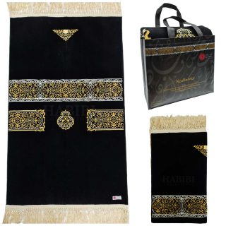 PREMIUM Black Kaaba Islamic Prayer Mat Janamaz Musallah Rug 1000g. Brand new style prayer mat High Quality New Design Product of Saudi Arabia by Minwal Soft smooth prayer mat Brand new arrival. Available in: Black Approx. Dimensions: 70X114CM Approx. Weight: 1050g